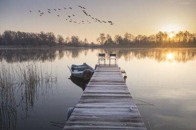 Obraz łódka zacumowana czy drewnianego pomostu zimą
