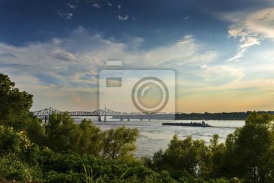 Łódź w rzece mississippi blisko Vicksburg mosta w Vicksburg przy zmierzchem, Mississippi, usa