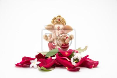 Obraz Lord Ganesha Idol z płatkami róż na białym tle, ganesh chaurthi, ganesh pooja