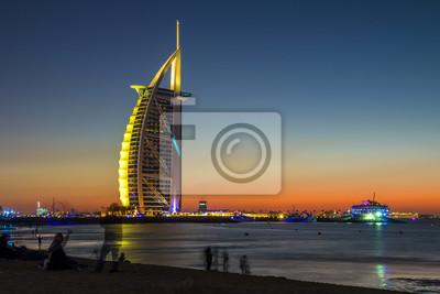 Obraz Ludzie czekają na świętowanie nowego roku na plaży w ostatni dzień roku. Pierwszy na świecie siedem luksusowych hoteli Burj Al Arab i Dubai Marina w tle