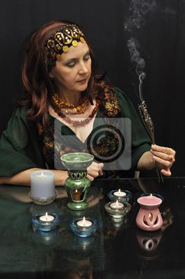 Magia kobieta z gałązek palenia na czarnym tle