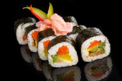 Obraz Maki sushi serwowane na czarnym tle