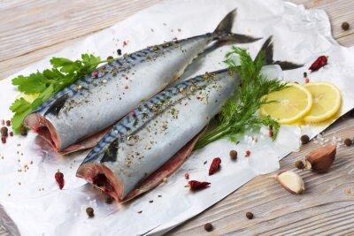 Obraz makrele para z przypraw korzennych na folii do pieczenia