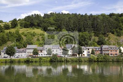Małe domy odzwierciedlając w rzeki Mozy, Dinant, Belgia