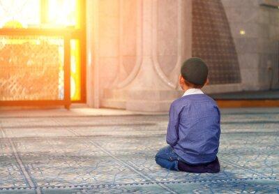 Obraz mały chłopiec w meczecie