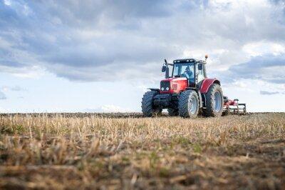 Obraz Maszyny rolnicze na pierwszym planie wykonywania pracy w terenie.