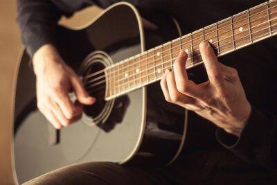 Obraz Mężczyźni gry na gitarze zbliżeniem