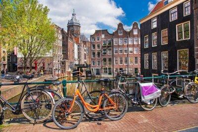 Obraz Miasto Amsterdam z rowerów na moście w Holandii