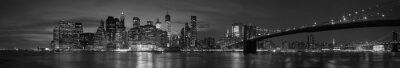 Obraz Miasto Nowy Jork z Brooklyn Bridge, kultowego skyline panorama w nocy w czerni i bieli