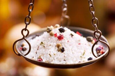 Obraz Mieszanka soli i pieprzu w starych wagach miski