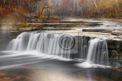 Misty Morning Wodospad - Dolna Zaćma Falls jesienią, Indiana