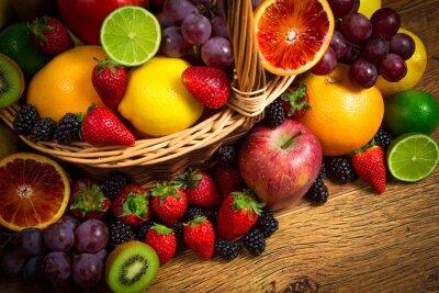 Obraz Mix świeżych owoców na wiklinowym bascket