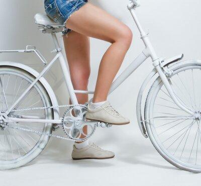 Obraz Młoda dziewczyna jedzie na White Vintage rower