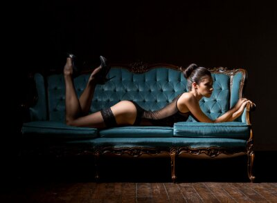 Obraz Młoda i seksowna kobieta w bieliźnie na rocznika kanapie