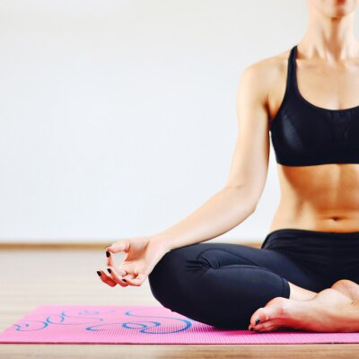 Obraz Młoda kobieta robi joga pomieszczeniu - część ciała