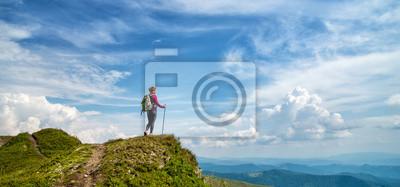 Obraz Młoda kobieta wycieczkuje w górach