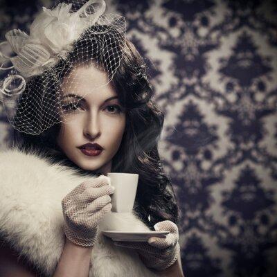 Obraz Młoda piękna kobieta picia kawy retro