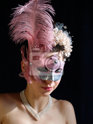 Młoda skromna kobieta w fantazyjne maski z perłą naszyjnik