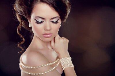 Obraz Moda kobieta z naszyjnikiem pereł na obnażonymi ramionami