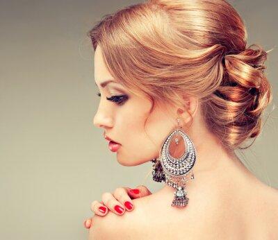Obraz Model z czerwonymi paznokciami i uroczy fryzura