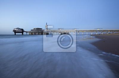 Molo na plaży Scheveningen w Hadze, Holandia