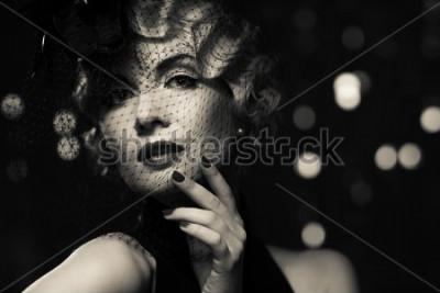 Obraz Monochromatyczny obrazek elegancka blond retro kobieta jest częścią małego kapelusza z przesłoną