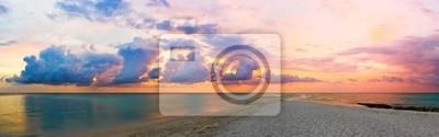 Morze, plaża i zachód słońca