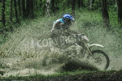 Obraz Motocross rowerów przekraczania potoku, rozpryskiwania wody w konkurencji