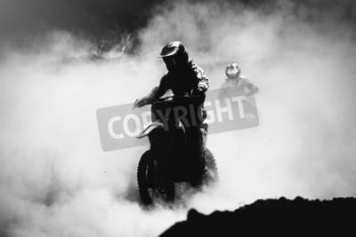 Obraz Motocross wyścigowy przyspieszający w torach z kurzem, Czarno-biały, kontrastowe zdjęcie