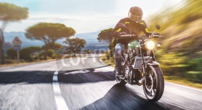 Obraz motocykl na drodze. bawiąc się jeżdżąc pustą drogą w trakcie podróży motocyklem. copyspace dla twojego indywidualnego tekstu.