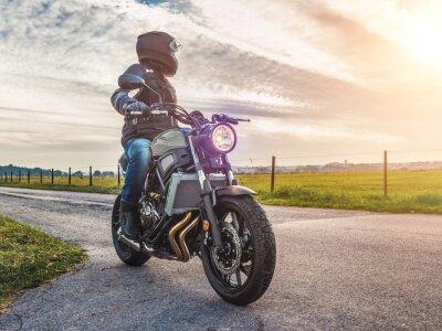 Obraz Motocykl na jeździe drogowej. zabawy jedzie pustą drogę na wycieczkę motocyklem / podróż