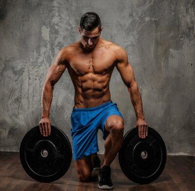 Obraz Muskularny facet w niebieskim spodenki