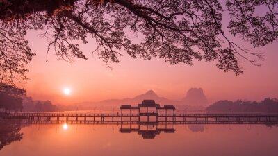 Obraz Myanmar (Birma) Ba-an jeziora o wschodzie słońca. Azjatyckie punktem orientacyjnym i cel podróży