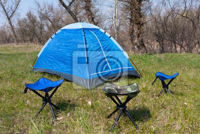 namiot turystyczne i krzesła