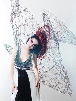 Obraz net kobieta w monochromatycznej sukience