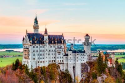 Obraz Neuschwanstein, Lovely Autumn Landscape Panorama Obraz bajkowego zamku w pobliżu Monachium w Bawarii, w Niemczech z kolorowymi drzewami w godzinach porannych
