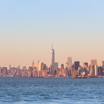 Obraz New York City Manhattan downtown skyline o zachodzie słońca z wieżowców nad Hudson River oświetlone panoramę. Skład kwadratowych, kopia przestrzeń.