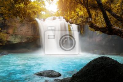 Niesamowite piękne wodospady w tropikalnym lesie w Haew Suwat wodospad w Khao Yai National Park, Nakhonratchasima, Tajlandia