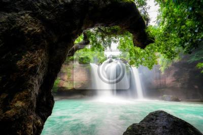 Niesamowite piękne wodospady w tropikalnym lesie w Haew Suwat Wodospad w Parku Narodowym Khao Yai, Nakhonratchasima, Tajlandia