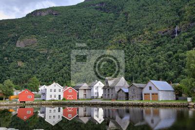 Norweskie domy na brzegu Sognefjord w Laerdal, Norwegia.