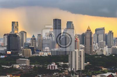 Nowoczesne komercyjne Miasto (Bangkok) w burzy