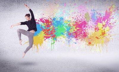 Obraz Nowoczesne tancerz uliczny skoki z kolorowymi plamami farby