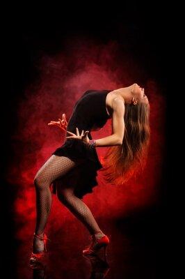 Obraz nowoczesny styl tancerka stwarzających na ciemnym tle