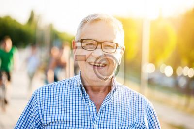 Obraz Odkryty portret szcz ?? liwy starszy m ?? czyzna, który patrzy na kamer? Iu? Miechni? Te.