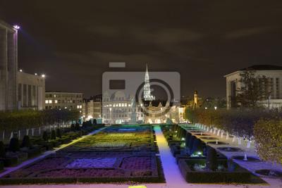 """Ogród """"Góra sztuki"""" (Jardin du Mont des Arts) w godzinach wieczornych"""