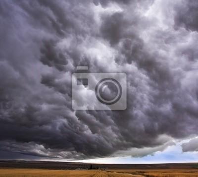 Ogromna chmura burza nad polem