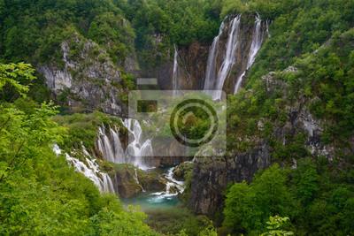 Ogromny wodospad wśród bujnych liści