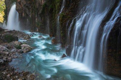 Ogromny wodospad z niebieską rzeką
