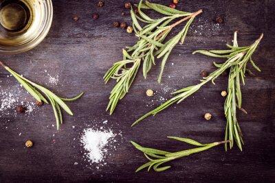 Obraz Oliwa z oliwek z rozmarynem, pieprzem i solą. składników śródziemnomorskiej.