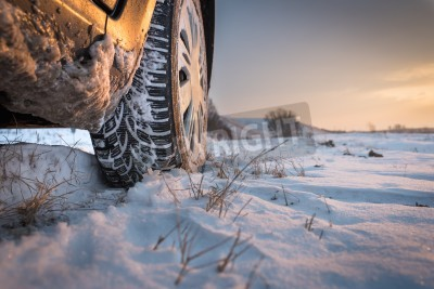 Obraz Opony samochodowe na drodze zimą